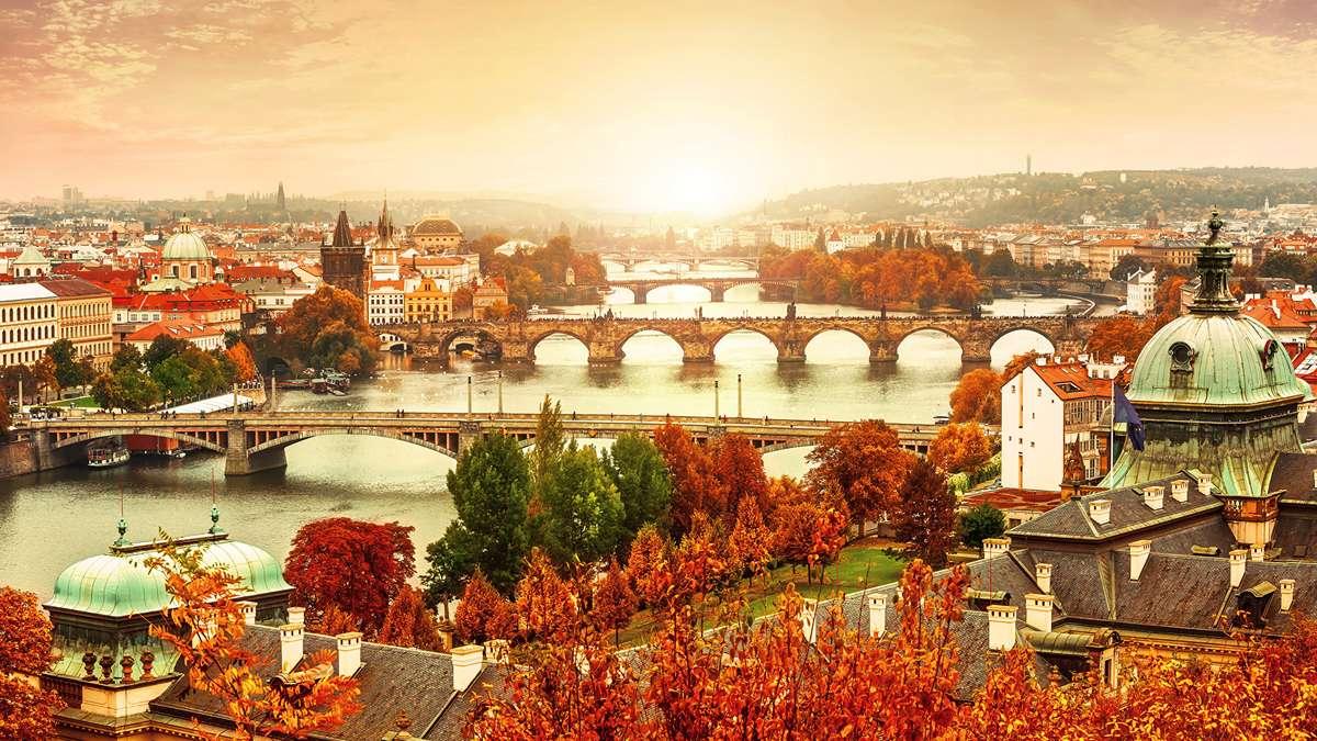 Панорама реки и мостов в Праге