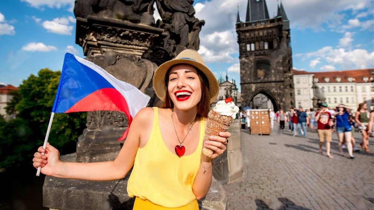 Девушка с флагом Чехии в Праге