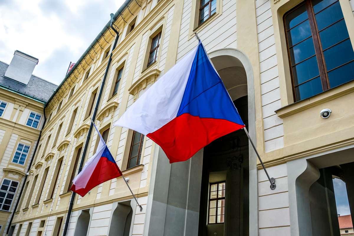 Флаги на здании Парламента в Праге