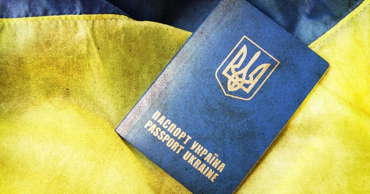 Загранпаспорт Украины на фоне национального флага