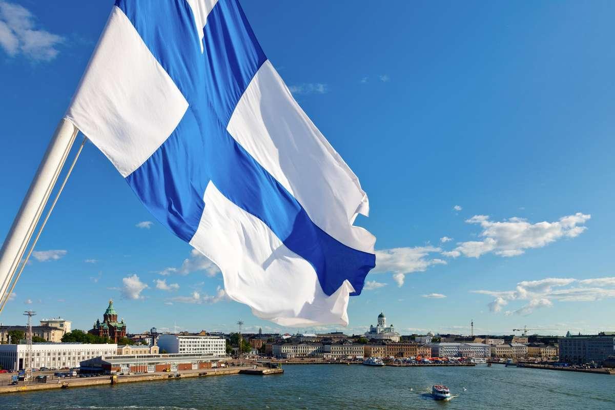 Развивающийся флаг Финляндии