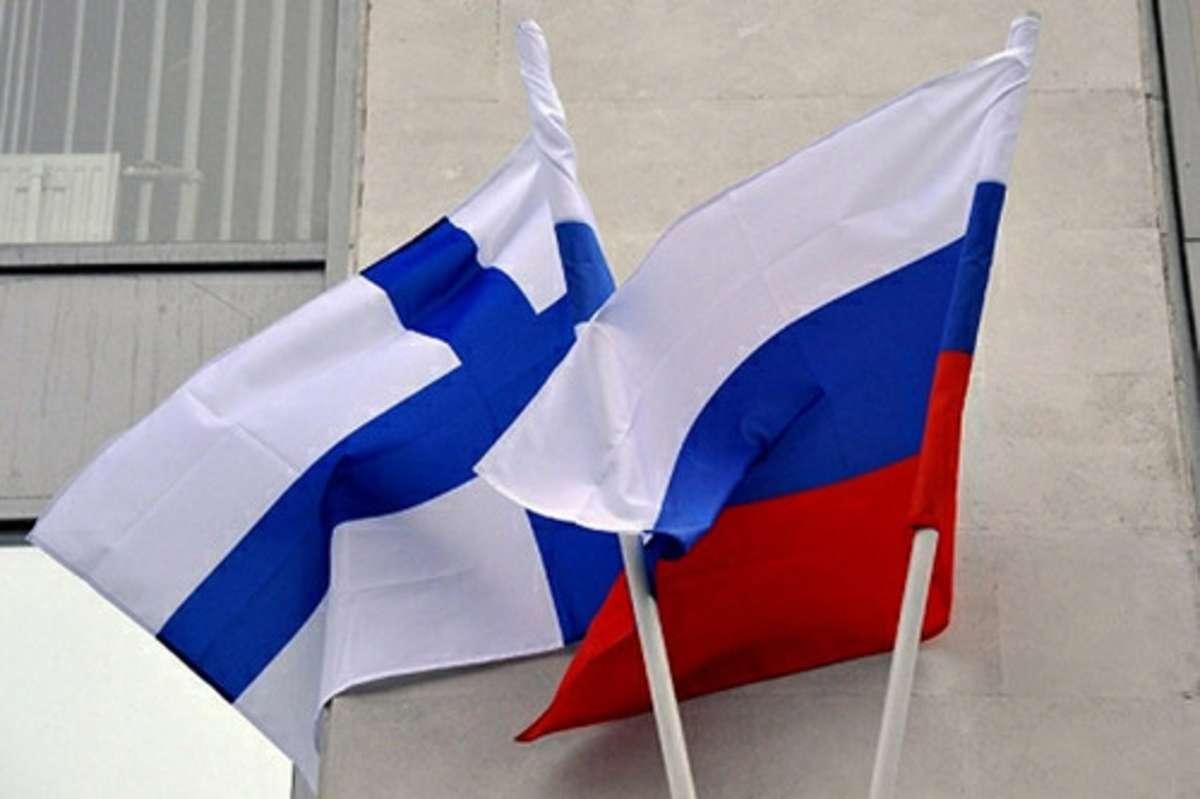 Флаги над посольством Финляндии