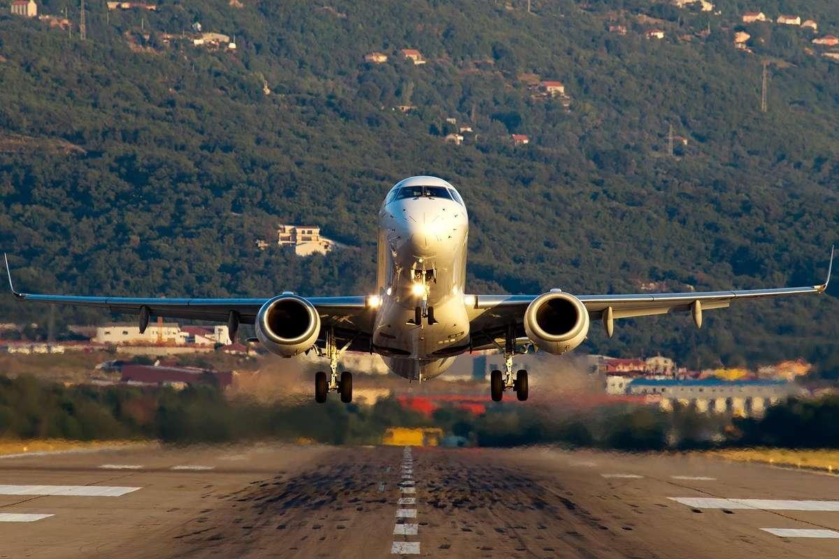 Самолет, приземляющийся в аэропорту Тивата