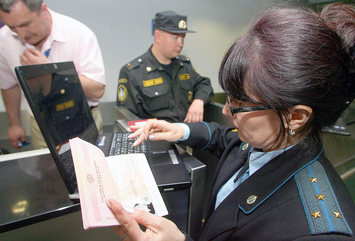 Проверка загранпаспорта в аэропорту