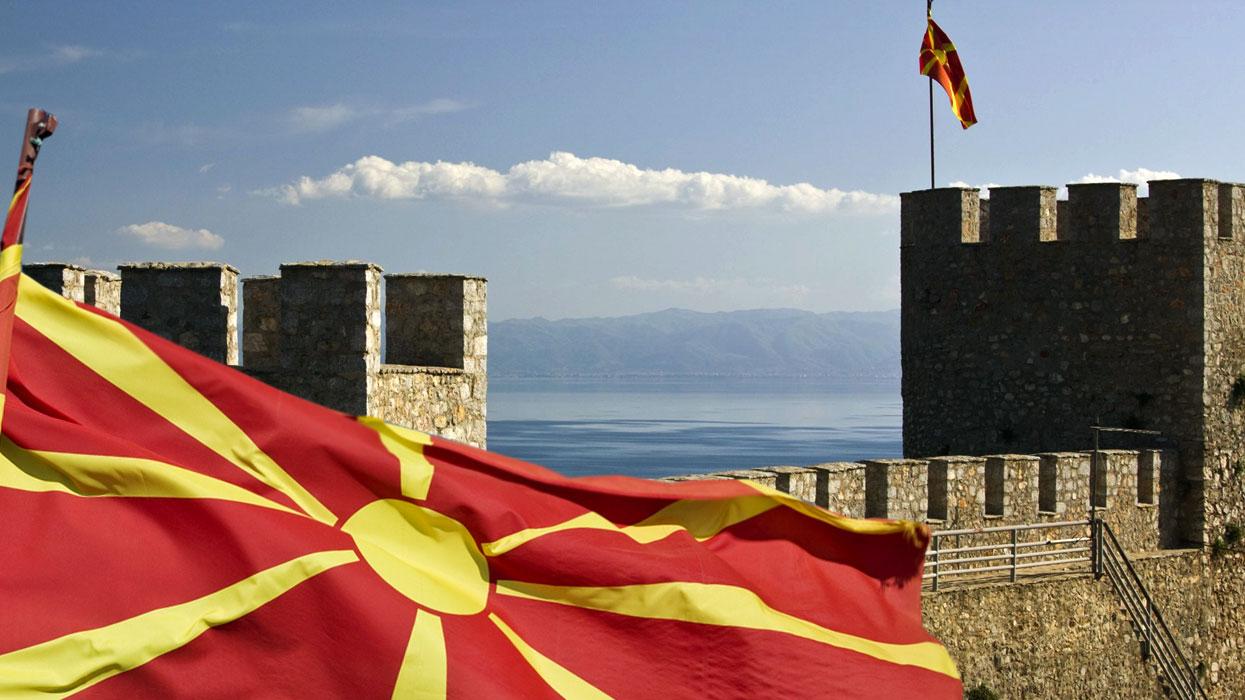 Флаг Македонии с панорамой на крепость