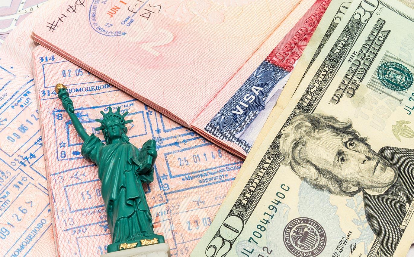 Документы для визы в Штаты на столе