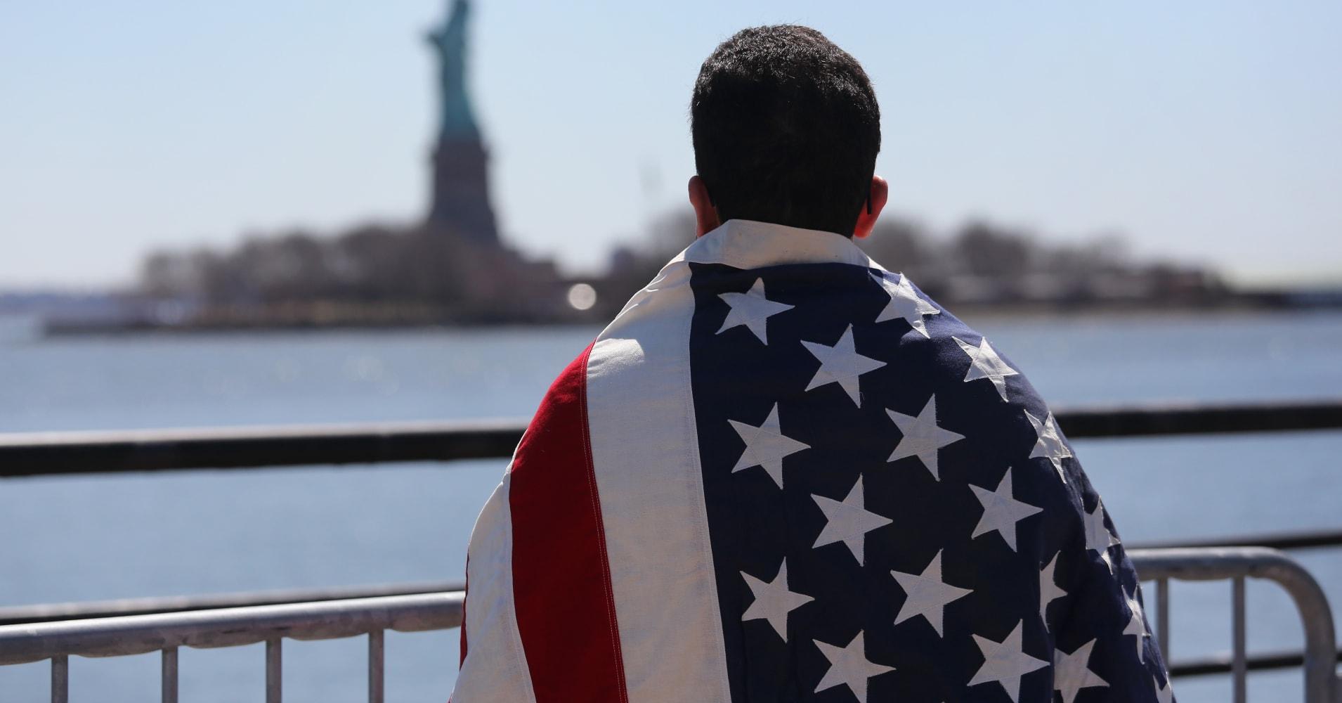 Мигрант смотрит на статую Свободы