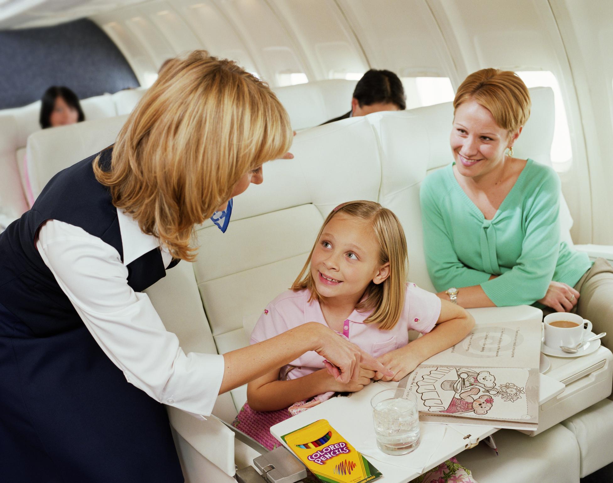 Ребенок с мамой летит в самолете