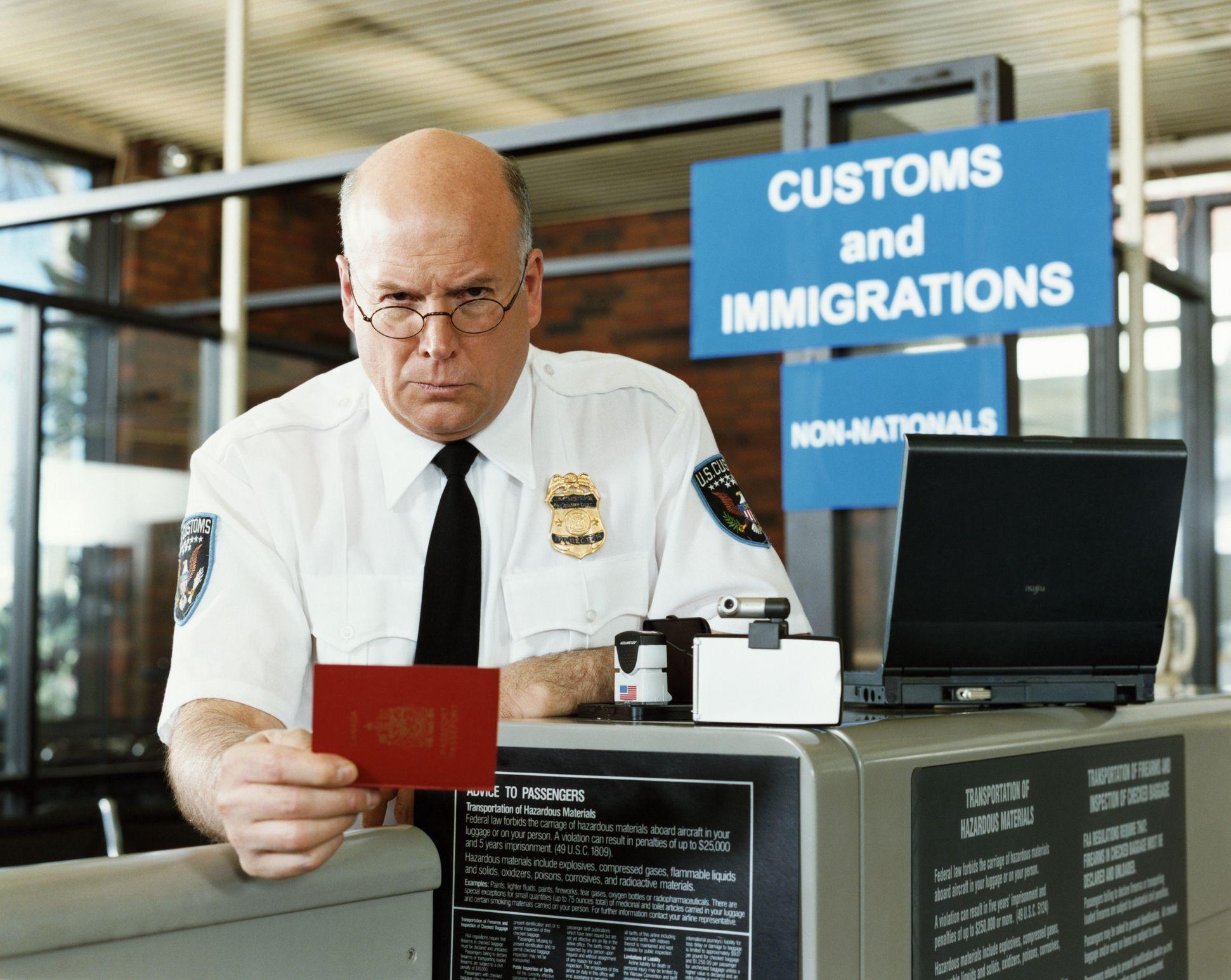 Визовый офицер проверяет документы