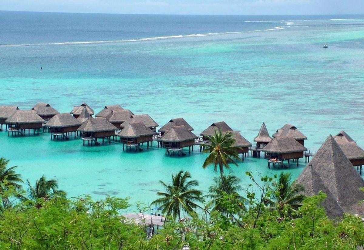 Бунгала отеля на берегу острова Бали