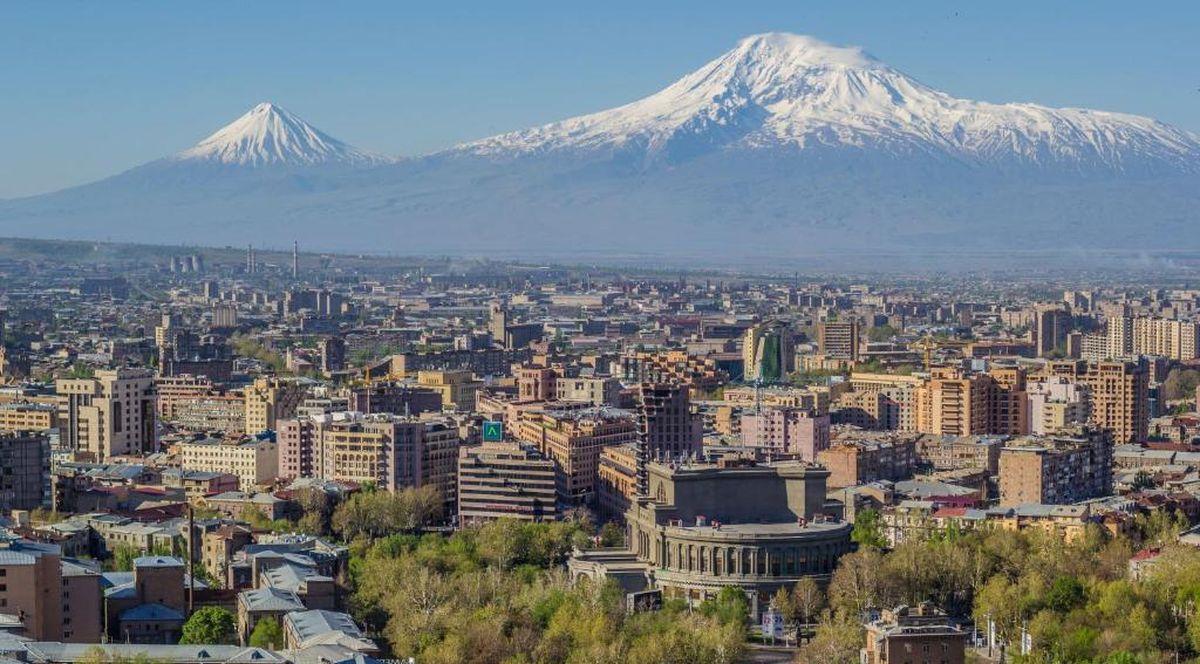 Панорама Еревана с видом на Арарат
