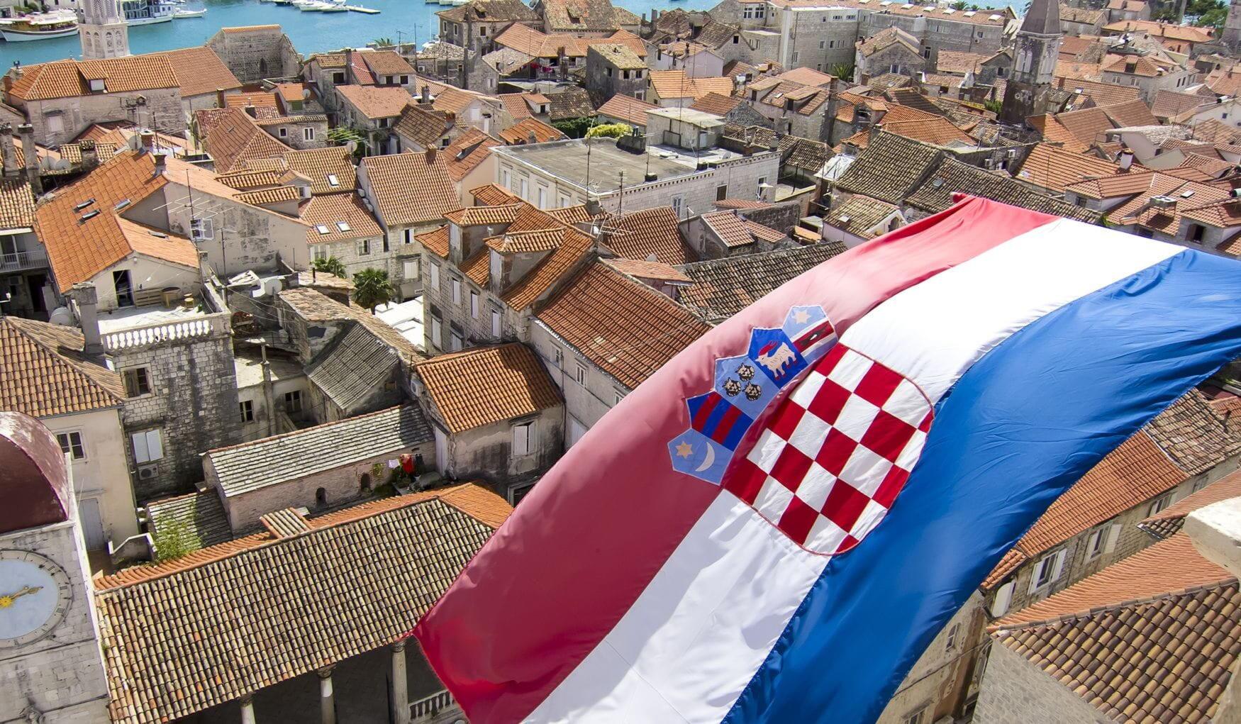 Государственный флаг развивается над городом