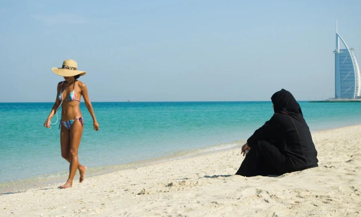 Арабская и европейская женщина на пляже