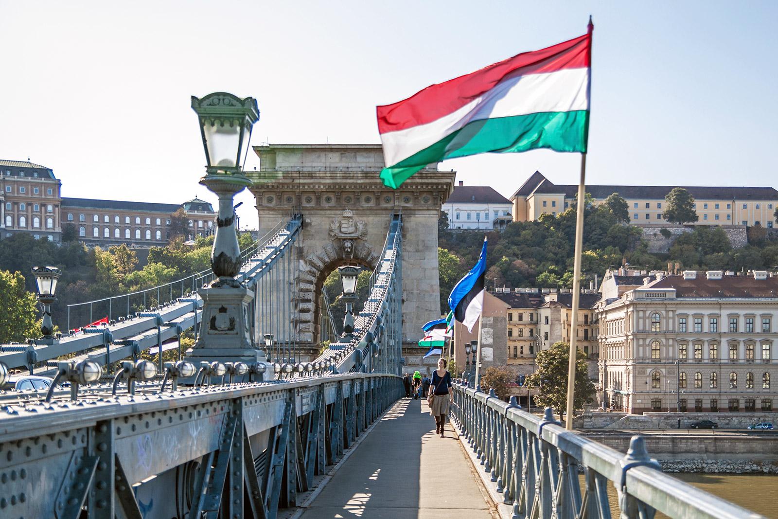 Венгерский флаг развивается на мосту