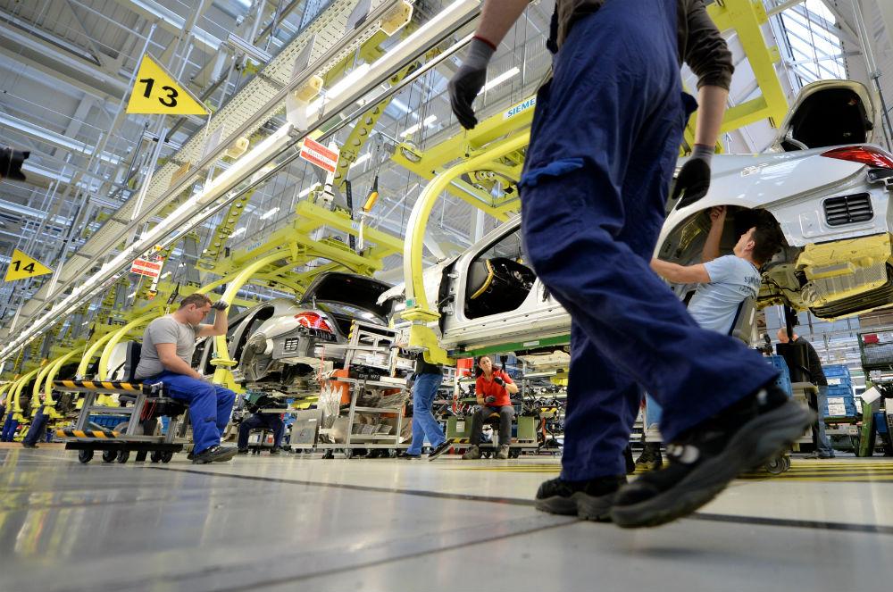 Рабочие на автомобильном заводе в Германии