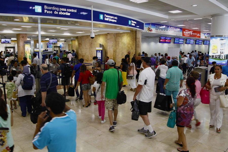 Зона паспортного контроля в аэропорту Канкуна