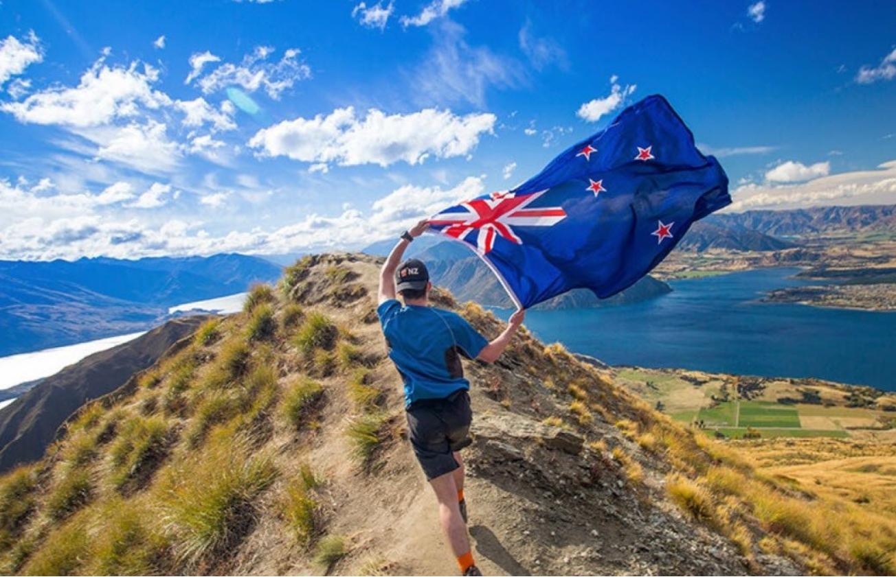 Экстремал бежит с новозеландским флагом