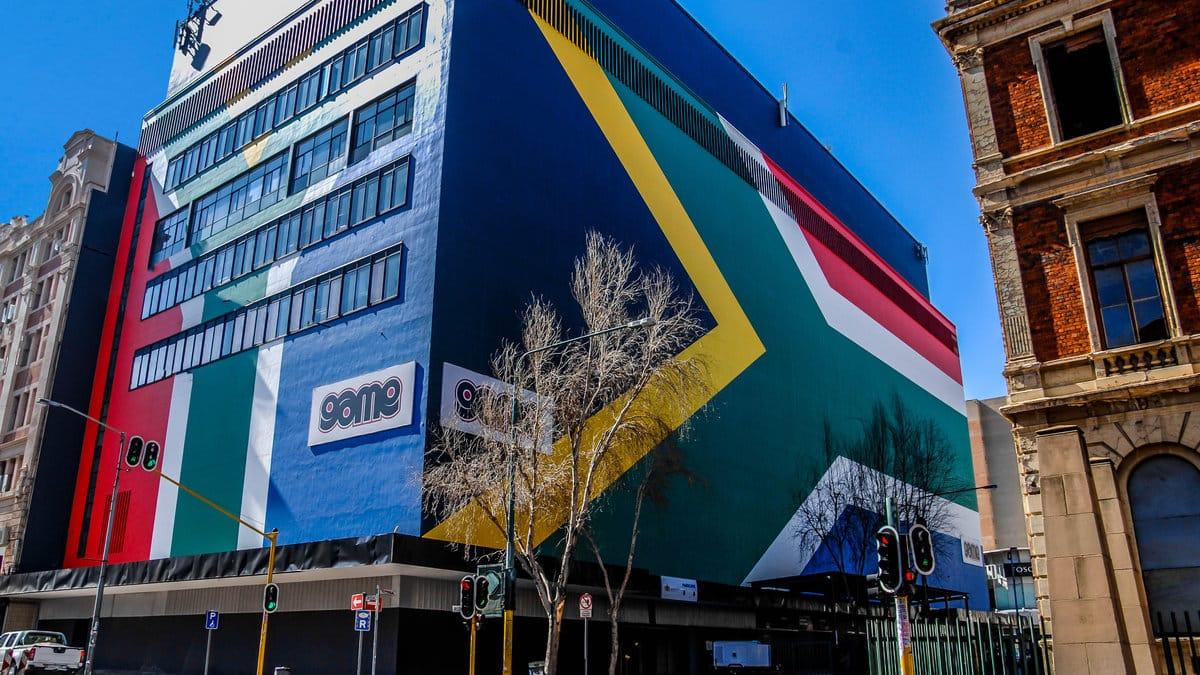 Здание, раскрашенное в цвета государственного флага Южной Африки