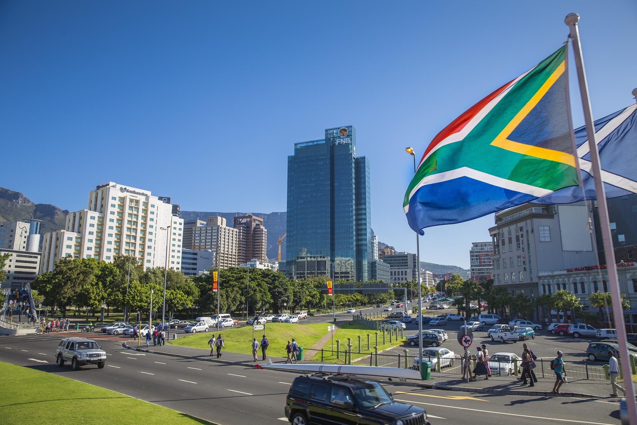 Национальный флаг ЮАР на фоне панорамы Города