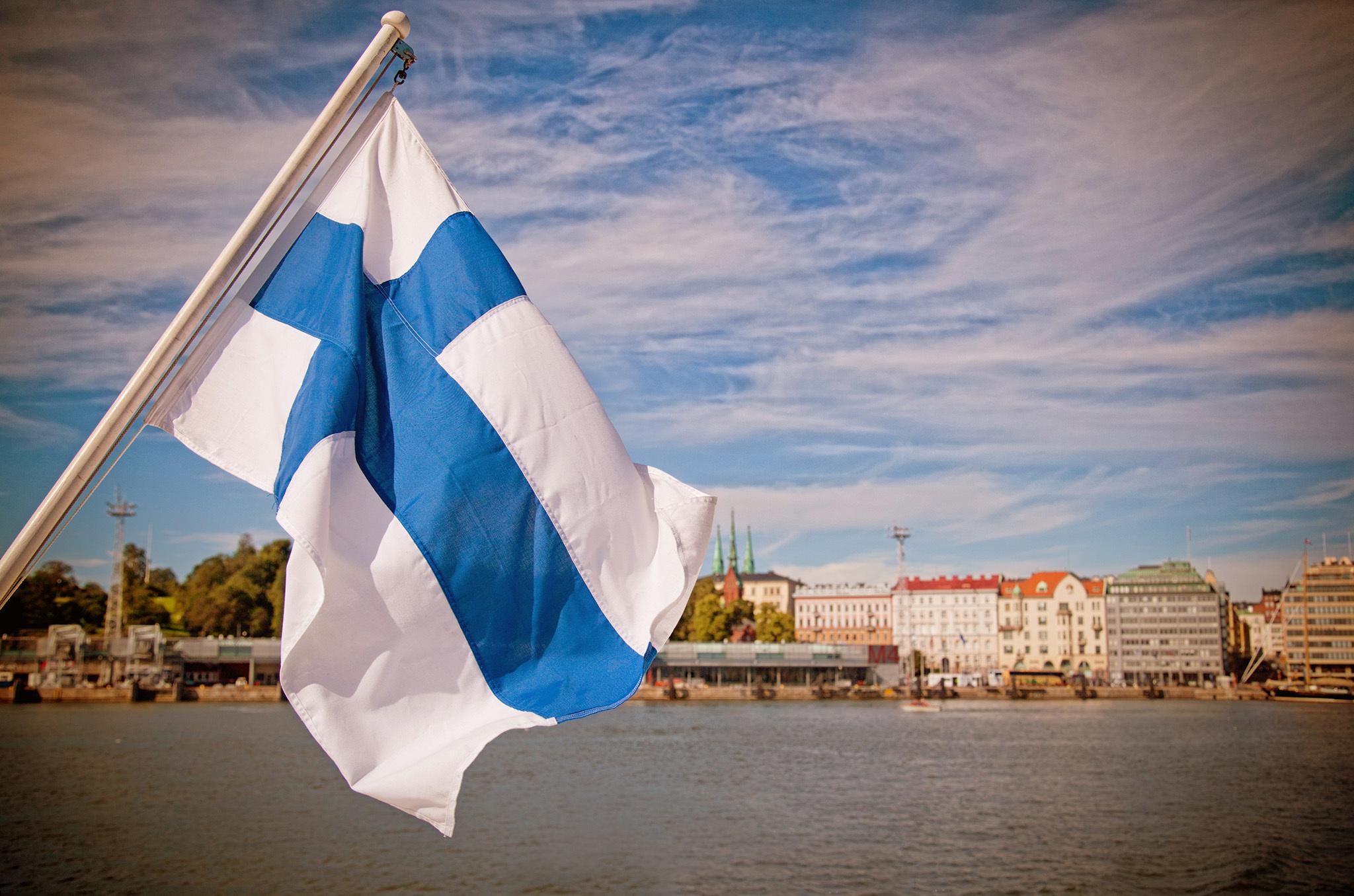 Финский флаг развевается на ветру