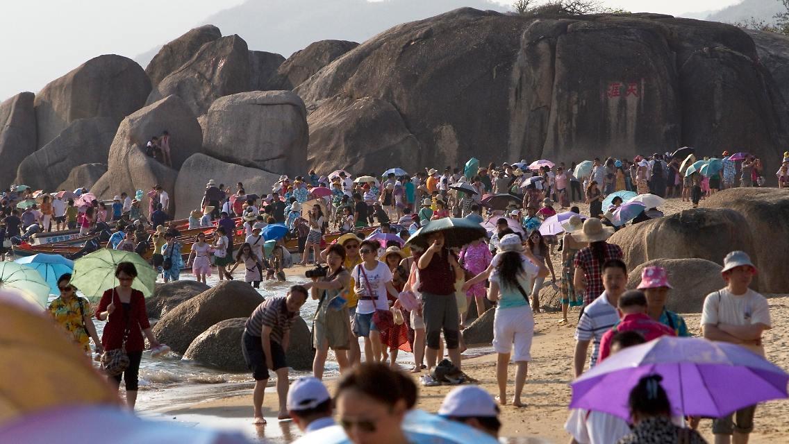 Туристы на пляже о. Хайнань