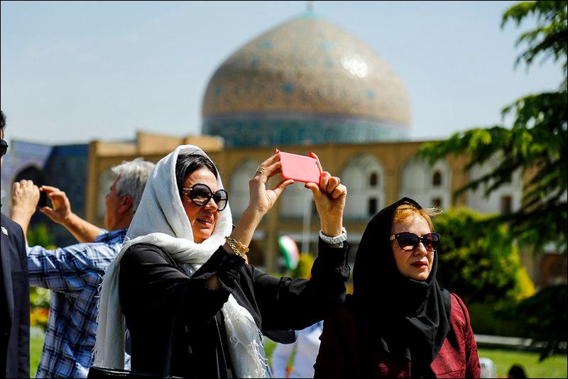 Туристы у иранских достопримечательностей