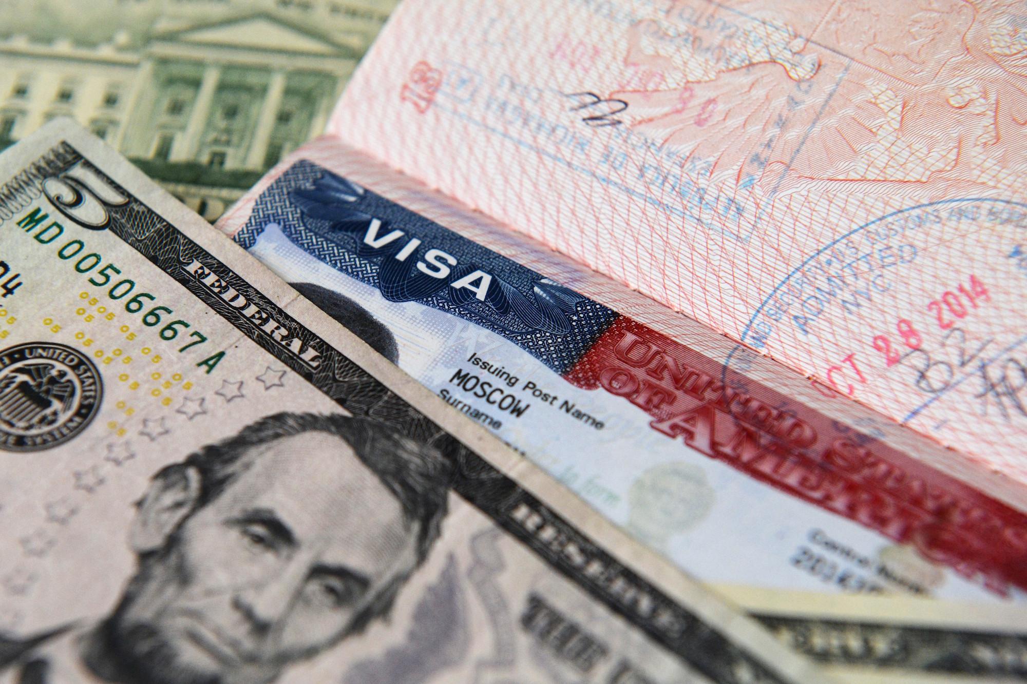 Доллары США в загранпаспорте