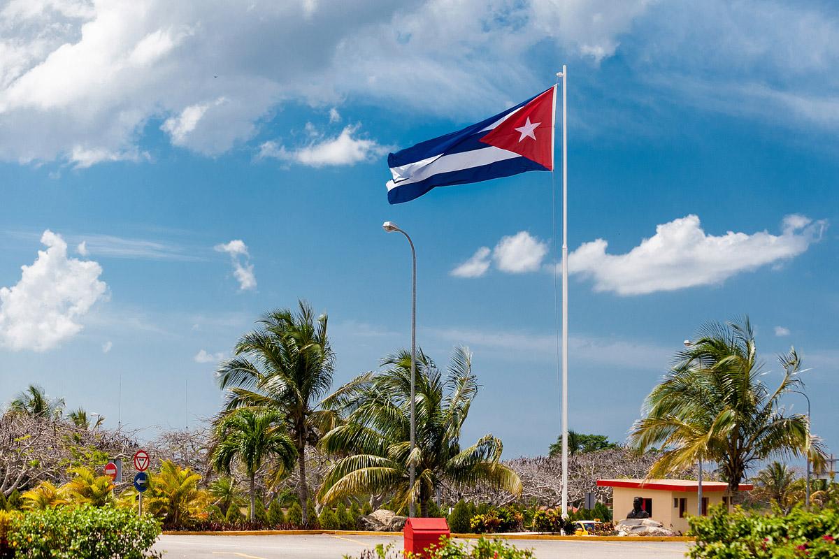 Кубинский флаг развивается на ветру
