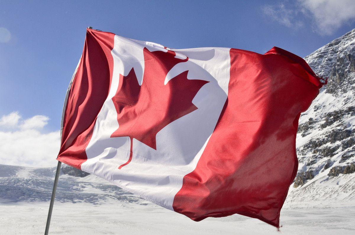 Канадский флаг развивается на ветру