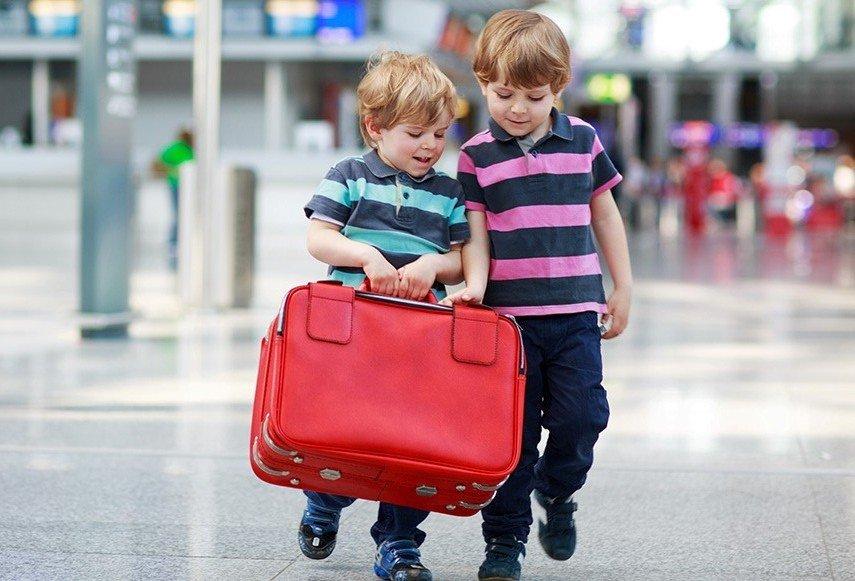 Юные путешественники с чемоданом