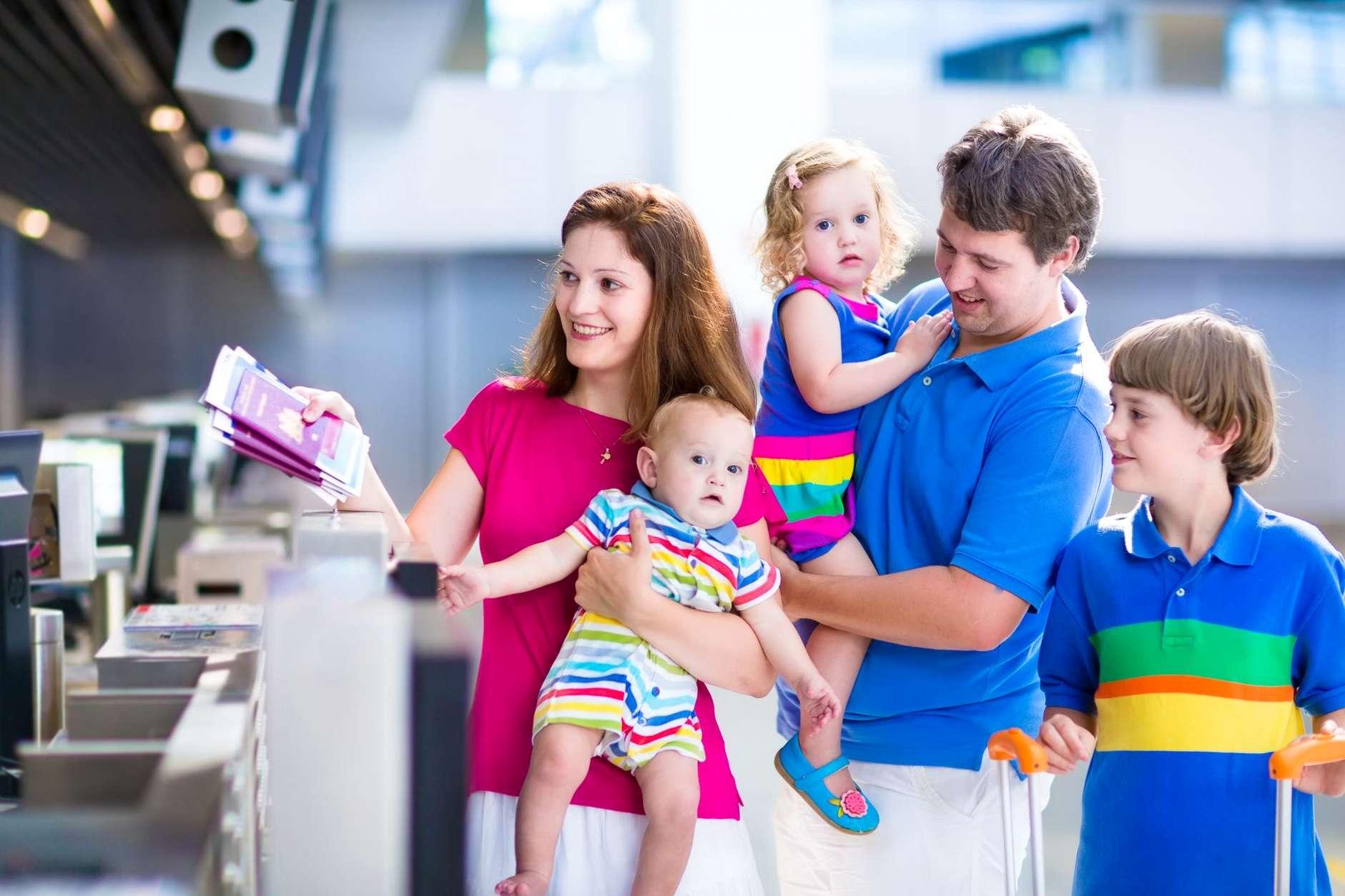 Взрослые с детьми в аэропорту